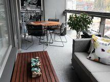 Kaunis ja valoisa 12 m2 parveke, jolla voit omassa rauhassa nauttia olostasi.