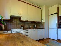 Keittössä on vaaleat kaapistot ja ikkunan eteen mahtuu myös ruokapöytä.