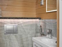 Kylpyhuoneen yhteydessä oma wc