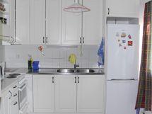 Keittiö ja vaaleat siistit kaapistot