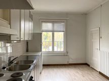 keittiö, oikealla ovi pesuhuoneeseen.