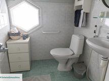 Keskikerroksen wc:ssä myös suihku