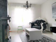 Makuuhuonetta, jossa vuolukivitakka ja vaatehuone