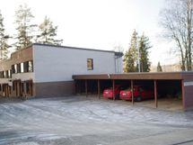Talon yhteydessä autokatospaikat sekä kylmävarasto