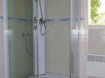 Kph/wc tilassa suihkukaappi sekä pesukoneliitäntä