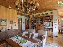 Olohuoneessa ja keittiössä on koivuparkettilattiat