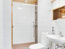 Kuvassa ei näy kuinka paljon pesuhuoneen alkuosassa on tilaa mm. pyykkihuollolle.