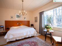 Master bedroom on talon länsipuolella ja sen yhteydessä on upean tilava pukeutumishuone