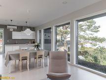 Keittiö ja olohuone on kivasti yhtenäistä tilaa, jossa isot ikkunat merelle