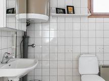 Kylpyhuoneessa myös wc-kalustus