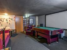 Uuden puolen alakerrassa on upean kokoinen harrastehuone.
