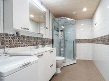 Eteisestä käynti kylpyhuoneeseen