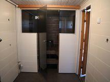 kylpyhuoneesta ovi saunaan