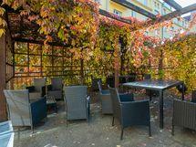 Taloyhtiöllä sisäpihalla myös upea patioterassi, jossa voi istua tai grillatakin
