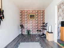 Kodin laajennusosassa erilaisiin tarpeisiin sopivia huoneita.