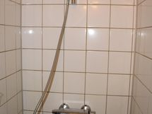 Kylpyhuone on eteiskäytävän päässä.