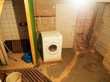 kellari, jossa remontoitava suihku ja paikka pyykkikonelle