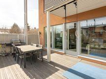 Tilava terassi antaa monenlaisia oleskelutilojen rakentamisvaihtoehtoja.