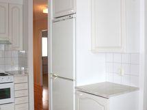 Jääkaappi on sijoitettu väliseinän keittiön puolelle.