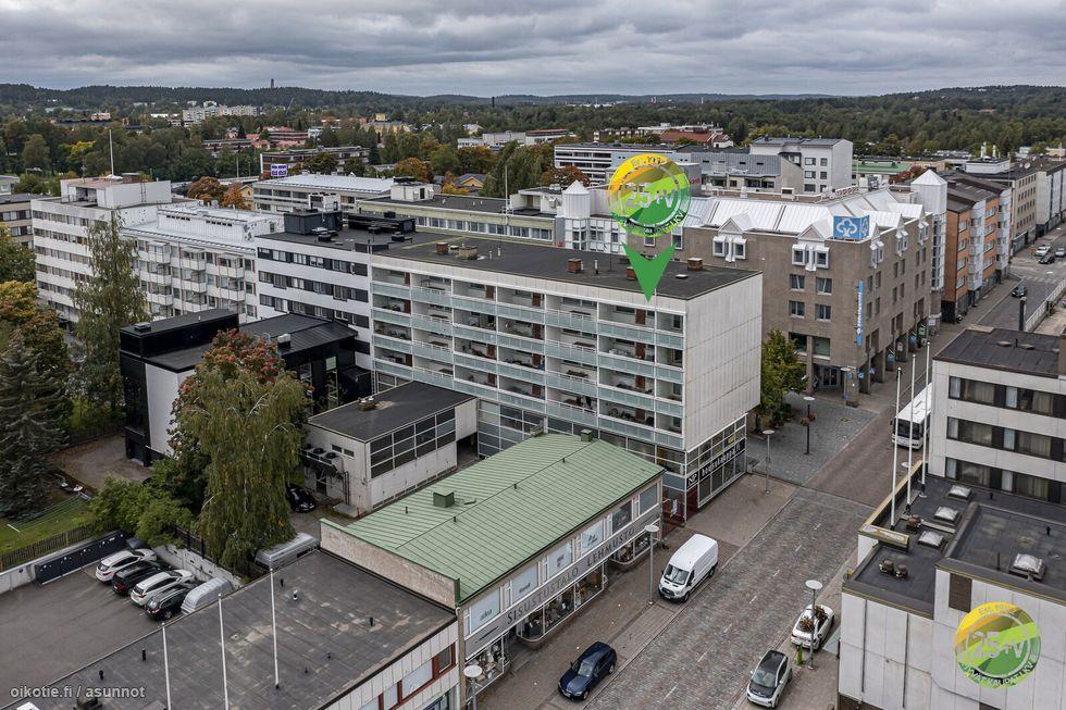 Huoneisto sijaitsee ylimmäisessä kerroksessa.