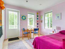 Makuuhuone nro 5. Kulku sivuparvekkeelle. Ikkunat länteen ja pohjoiseen.