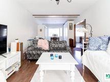 Olohuone on nyt todella tilava ja valoisa läpitalon huone