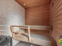 Puulämmitteinen sauna, koko n. 4 m2 ja remontoitu v. 2015.