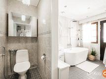 Yläkerran wc ja kylpyhuoneosasto