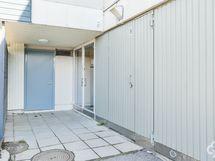 Takapihalta pääsy liiketilaan ja kellariin / Ingång till källare och affärsutrymme från bakgården