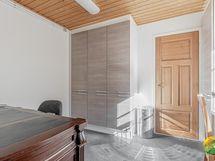 Alakerran 3. huone vaikka työtilaksi, koko n. 8 m2