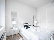 Makuuhuoneessa tilaa parivuoteelle