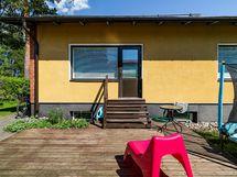 Takapihan patiolle voit laittaa vaikkapa puutarhakalusteet