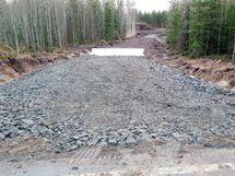 Tonteille johtava tie valmiina suodatinkankaineen. Keväällä tehty tasoitus, mikä on laittanut tien lopulliseen kuntoon.