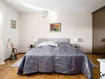 Suuri makuuhuone, koko seinällinen säilytytilaa.