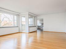 valoisa olohuone noin 40 m²