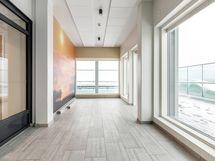 Taloyhtiön ylimmässä kerroksessa on terassi ja maisemahuone, jotka ovat asukkaiden käytössä.