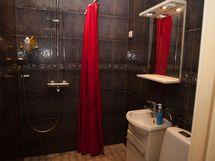 kylpyhuone, jossa erillinen wc