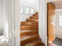 portaat yläkertaan 2. sisäänkäynnin viereltä