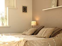 Kauniisti remontoitu harmoninen makuuhuone, jossa näppärät liukuovikapistot.