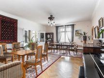 Iso salimainen olohuone ja korkea huonekorkeus