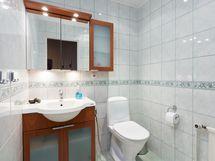 Pukuhuoneen yhtedessä oleva kaunis vaalea erillinen WC uusittu v 2001