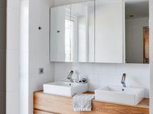 Kylpyhuoneessa 2 lavuaaria