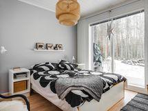Makuuhuone on hyvän kokoinen ja varustettu vaatehuoneella