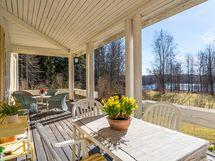 Päärakennuksen aurinkoinen kuisti on ollut suuressa suosiossa talon nykyisen käyttäjien keskuudessa