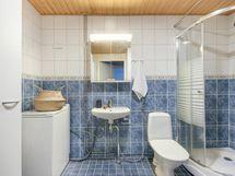 Laatoitettu, tilava kylpyhuone / wc