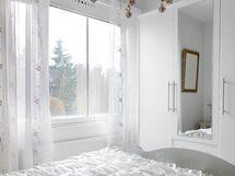 Kaikissa ikkunoissa liiallista lämpöä estävä ja näkösuojaa antava kalvo