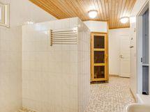Pesuhuoneen ulko-ovelta näkymä saunan suuntaan
