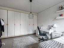 Tilava makuuhuone ja sen säilytystilat