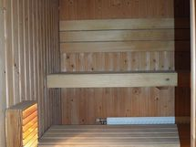 Siistikuntoinen sauna, johon uusittu kiuas