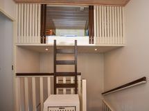 Parvi portaiden yläpuolella